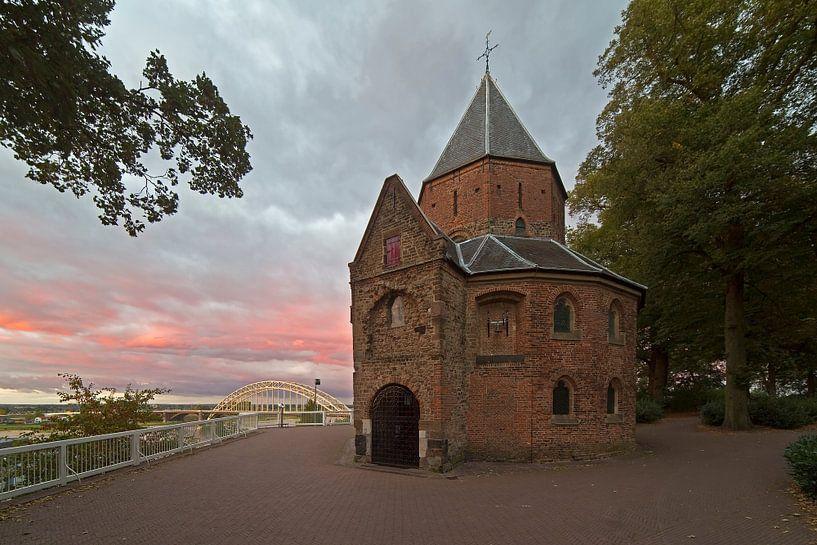 Sint-Nicolaaskapel te Nijmegen met een mooie lucht van Anton de Zeeuw