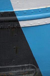 Detail van zwart-wit-blauwe boeg van een schip van