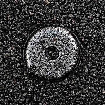 Metal Object in Asphalt von