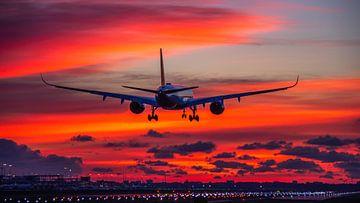Airbus A350 landt op Schiphol voor zonsopkomst van Dennis Dieleman