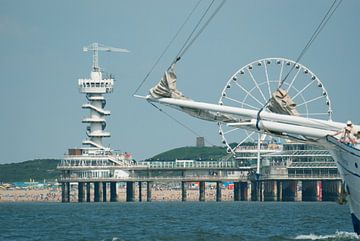 De Scheveningse Pier vanaf het water van Miranda Zwijgers