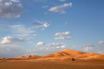 Overweldigende prachtige zandduinen in de Sahara in Merzouga, Marokko, Afrika van Tjeerd Kruse