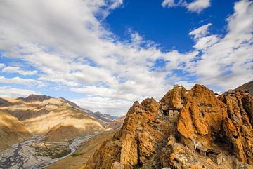 Himalaya met het Dankhar-klooster en Spiti rivier in Himachal Pradesh, India van Jan Fritz