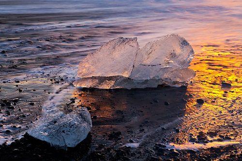 IJsblokken op het strand te IJsland van Anton de Zeeuw
