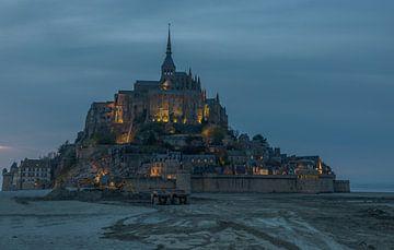 Blaue Stunde auf dem Mont Saint Michel, Frankreich von Maarten Hoek