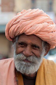 India: Man met oranje tulband (Jorawarpur) van Maarten Verhees