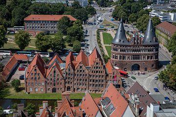 Zicht op poort van Lübeck in Duitsland van Joost Adriaanse