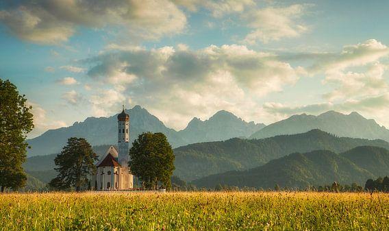 Kerkje bij zonsondergang van Ben van Sambeek