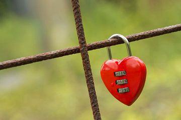 Rood hangslot in hartvorm van Tonko Oosterink