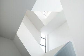 Abstrakte weiße Treppe mit Fenstern von FHoo