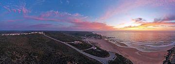 Luftpanorama des Strandes von Monte Clerigo bei Sonnenuntergang in Portugal von Nisangha Masselink