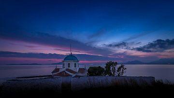Grieks kerkje op de Peloponnesos bij zonsondergang van