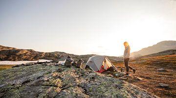 Ein schöner Sonnenuntergang beim wilden Zelten auf der Trolltunga in Norwegen von Guido Boogert