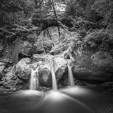 De Schiessentumpel waterval in zwart-wit
