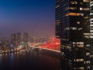 Rotterdams stadsgezicht, rode Erasmsubrug van Dawid Ziolkowski