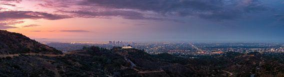 De skyline van Los Angeles tijdens zonsopkomst