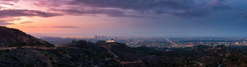 De skyline van Los Angeles tijdens zonsopkomst van Remco Piet