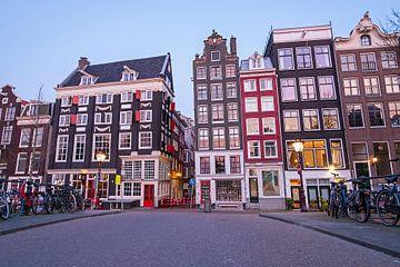 Amsterdamer Häuser auf dem Singel bei Sonnenuntergang von Nisangha Masselink