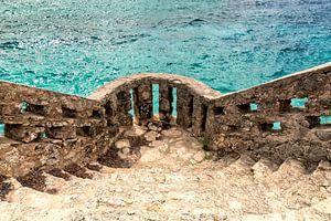 Mooi muurtje omringd door tropische zee