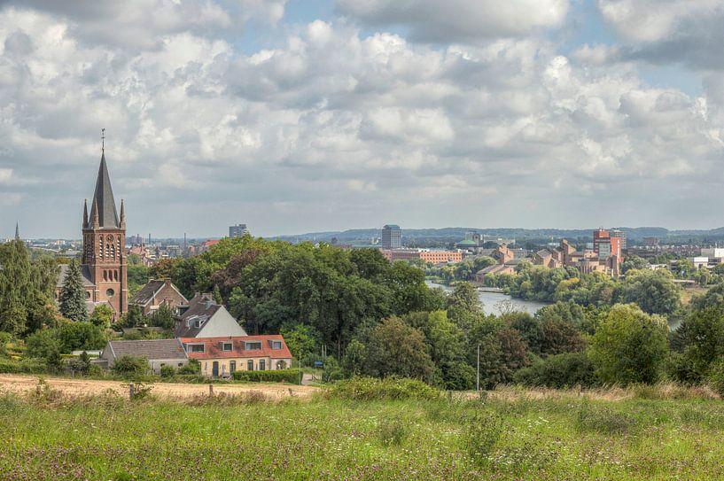 Uitzicht vanaf Sint-Pieterberg over Maastricht van John Kreukniet