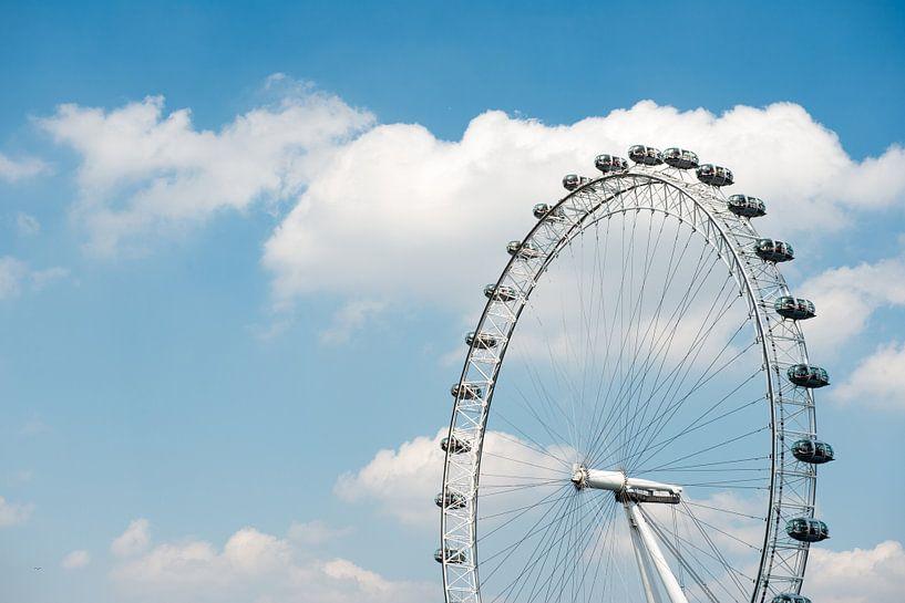 Londen Eye with a blue Sky van Barbara Koppe
