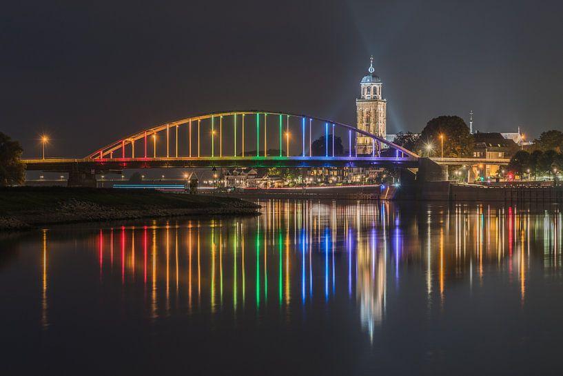 Wilhelminabrug, de Lebuïnuskerk, en de IJssel in Deventer van Jeroen de Jongh