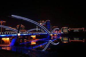 Nachtelijk zicht op de Yan Rivier Brug in Chinees Korea. van Ben Nijhoff