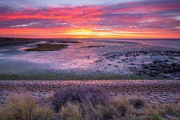 Zonsopgang aan de Krabbenkreek in Zeeland van Marcel Klootwijk