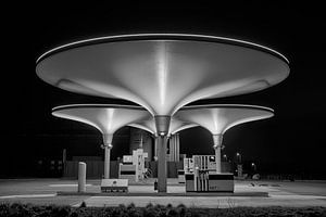 Tankstation NXT in zwart wit van