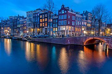 Stadsgezicht van Amsterdam bij zonsondergang van Nisangha Masselink
