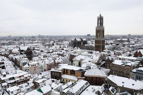 Besneeuwde binnenstad van Utrecht met Dom van