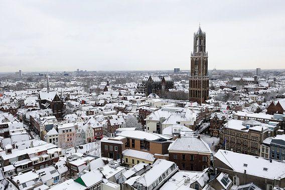 Besneeuwde binnenstad van Utrecht met Dom
