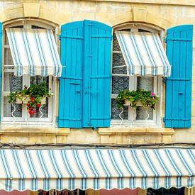 provençal français avec des volets bleu azur sur Fotografie Arthur van Leeuwen