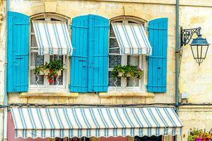 Franse Provence stijl ramen met azuurblauwe luiken. van