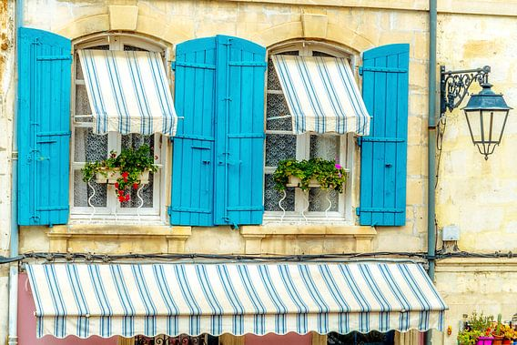 Franse Provence stijl ramen met azuurblauwe luiken.