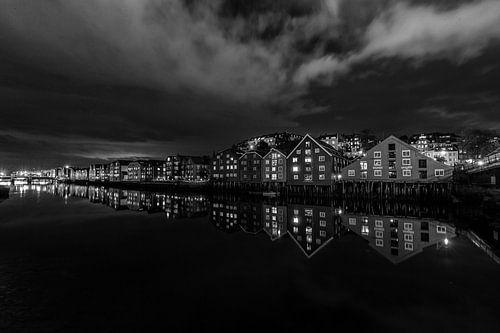 De pakhuizen van Trondheim in de avond. van