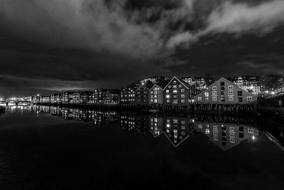 De pakhuizen van Trondheim in de avond. van Menno Schaefer