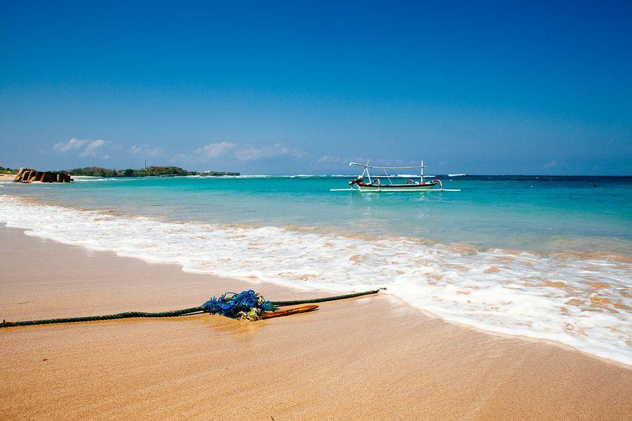 Rustgevend strand op Bali Indonesië  van Pieter Wolthoorn