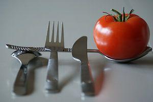 Stilleven tomaat & bestek  van Kim Langbroek
