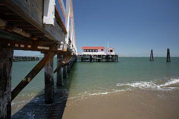 Pier en huisje vanaf het strand van Yannick uit den Boogaard