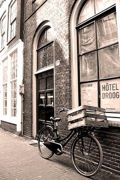 Sepia fiets in Amsterdam van Heleen van de Ven