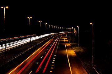 Snelweg in de nacht van Natascha Nellestein