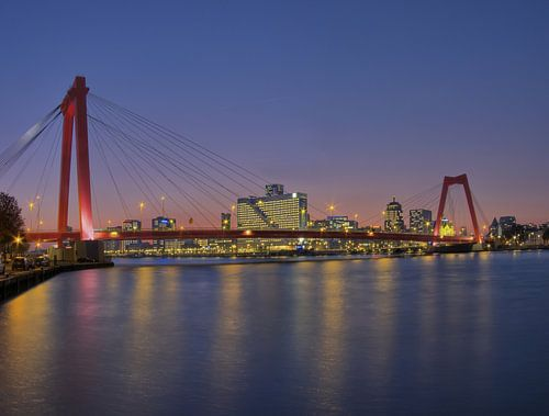 Willemsbrug Rotterdam bij avond van