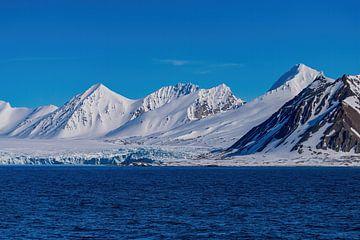 Besneeuwde bergen op Spitsbergen van Merijn Loch