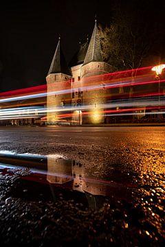 Koornmarktspoort Kampeno p regenachtige avond van Fotografiecor .nl