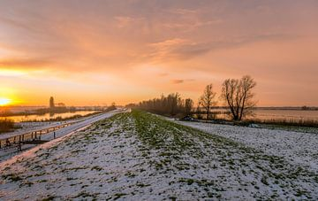 Zonsondergang bij een Nederlandse rivier van Ruud Morijn