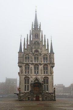 Stadhuis Gouda in de mist sur Wim van der Wind