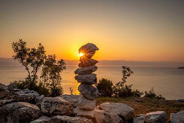 gestapelde stenen - steenhopen in kroatië zonsondergang Brseč van Fotos by Jan Wehnert