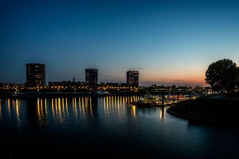 Haven Nijmegen bij avondlicht van Hans Hebbink