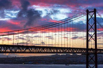 Lissabon und Ponte 25 Abril im Sonnenuntergang von Frank Herrmann